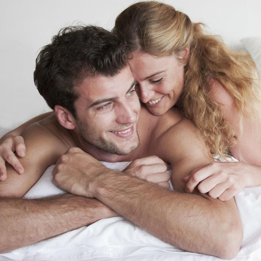 Pareja feliz en la cama