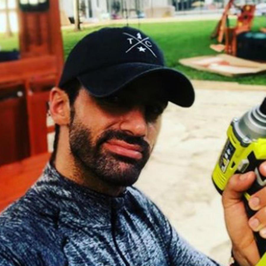 Toni Costa con un taladro en la mano