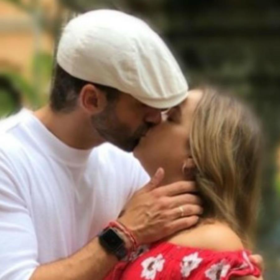 Toni Costa besando a Adamari