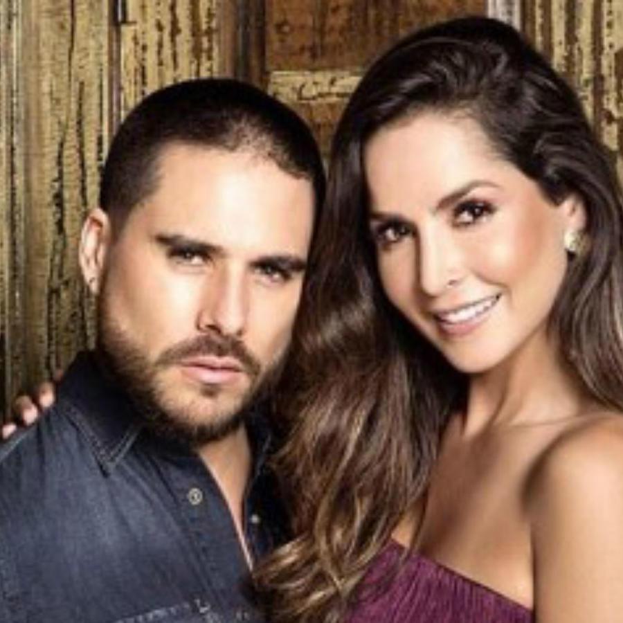 Carmen Villalobos y su pareja
