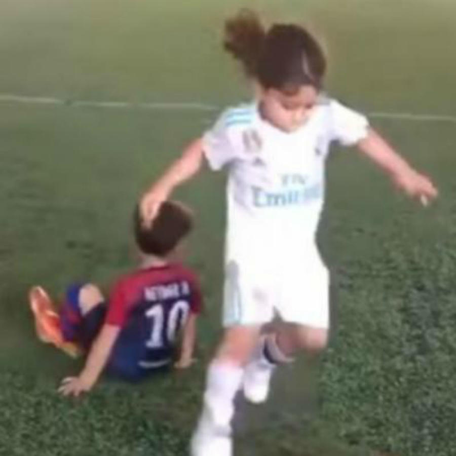 Niño asombra jugando