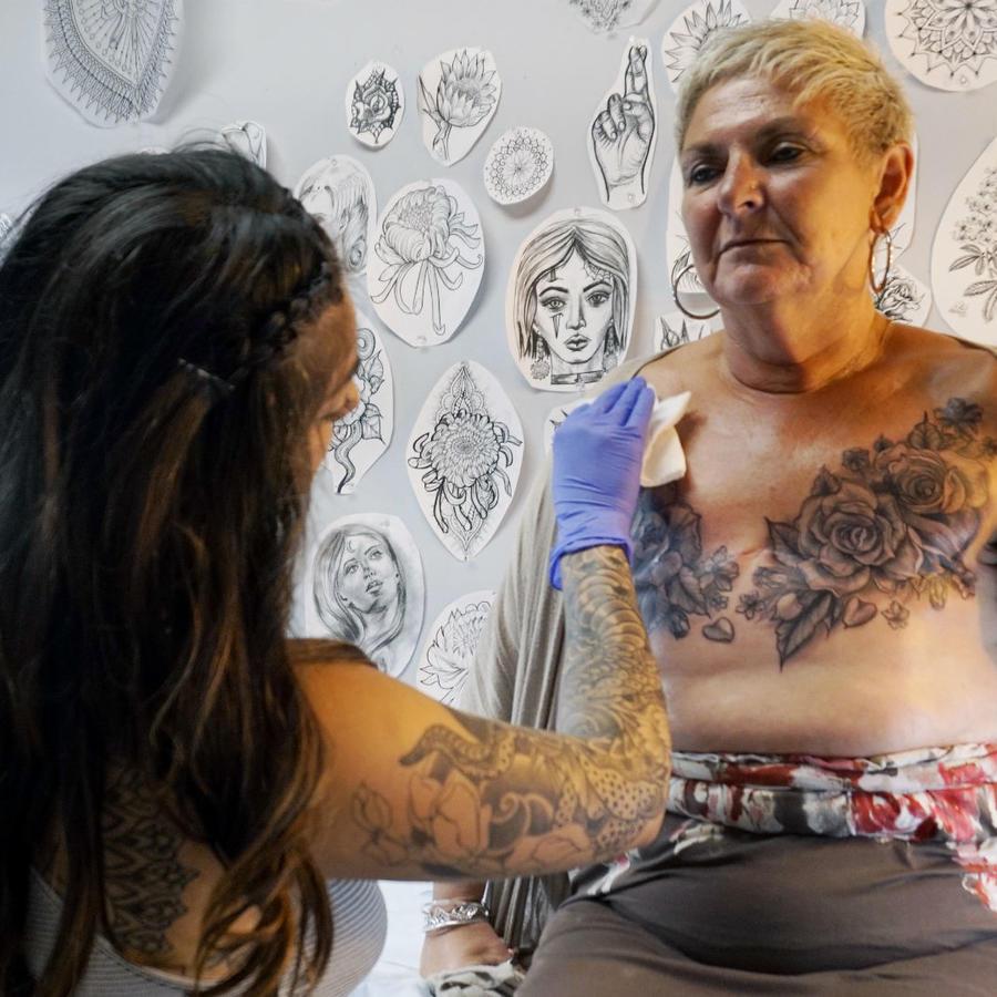 Mujer con tatuaje en el pecho