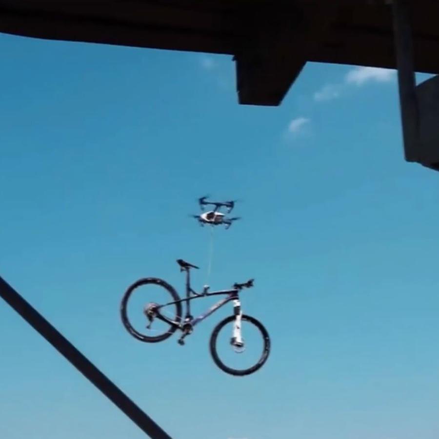 Delincuente utiliza un dron para robar una bicicleta