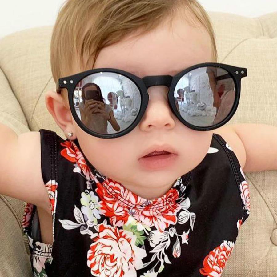 Luna Adkins con lentes
