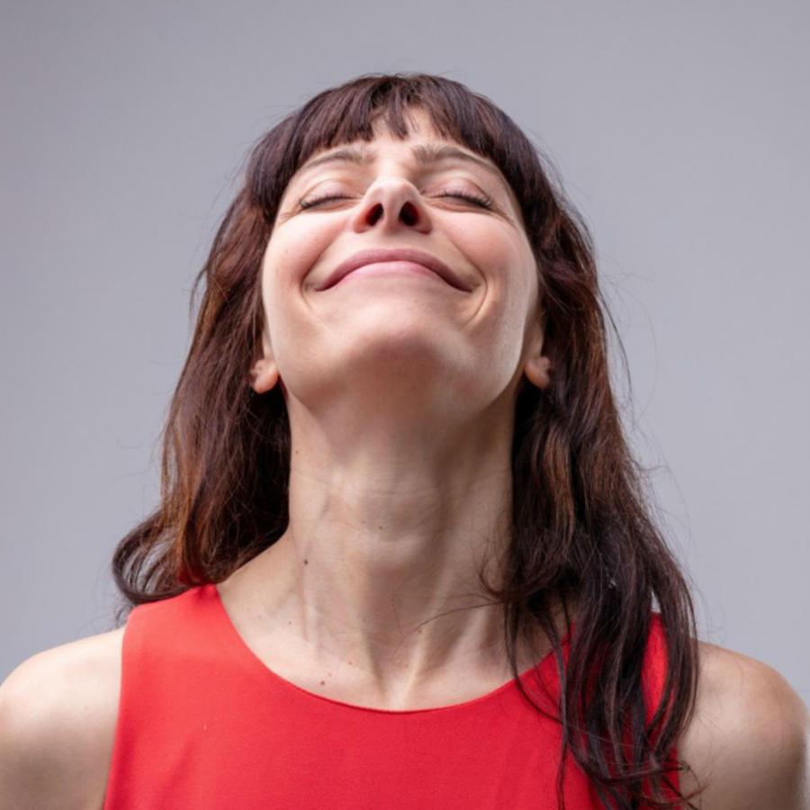 Mujer sonriendo de placer