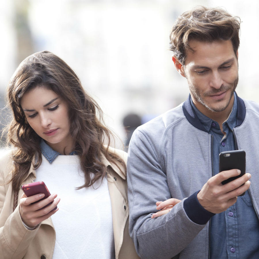 Pareja con sus celulares