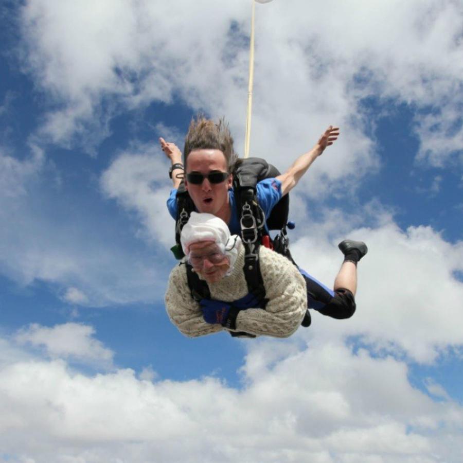 Abuelita en paracaídas