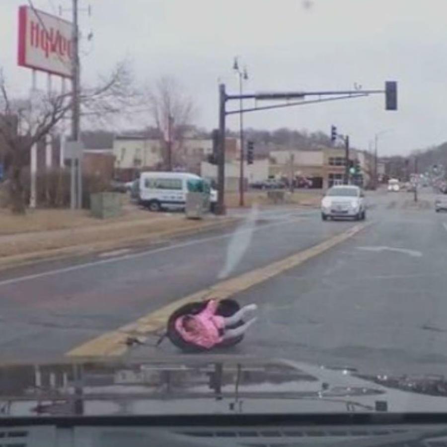 Bebé sale de automóvil