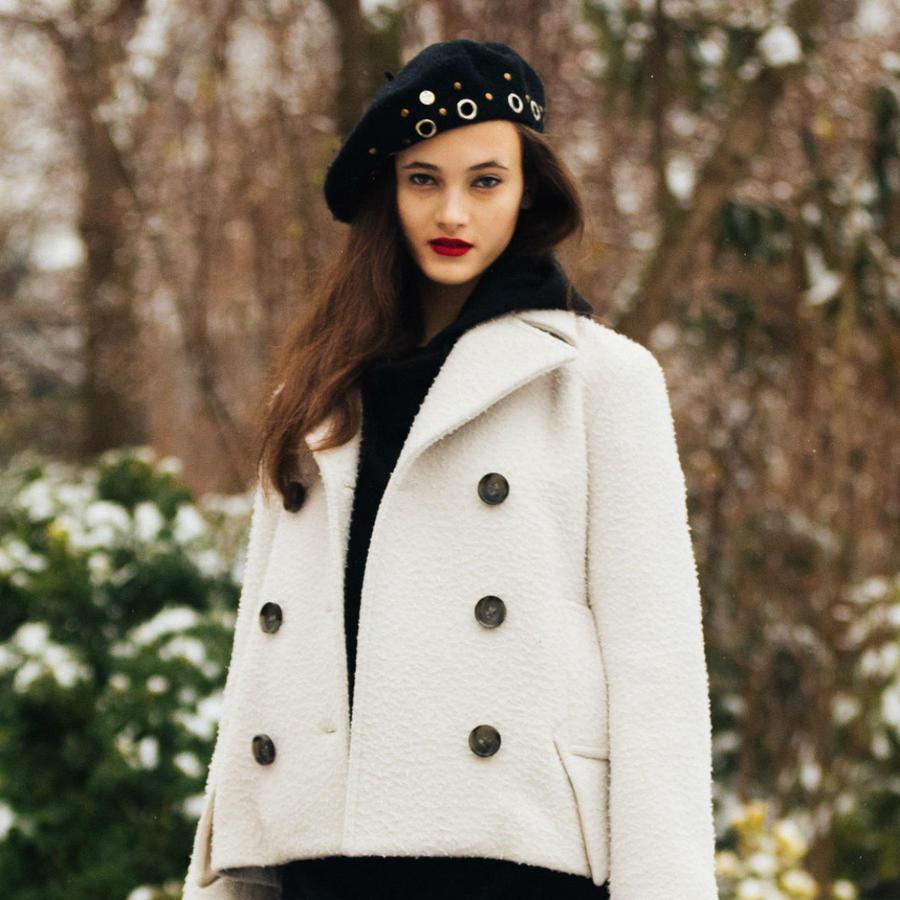 Mujer posando en la Paris Fashion Week