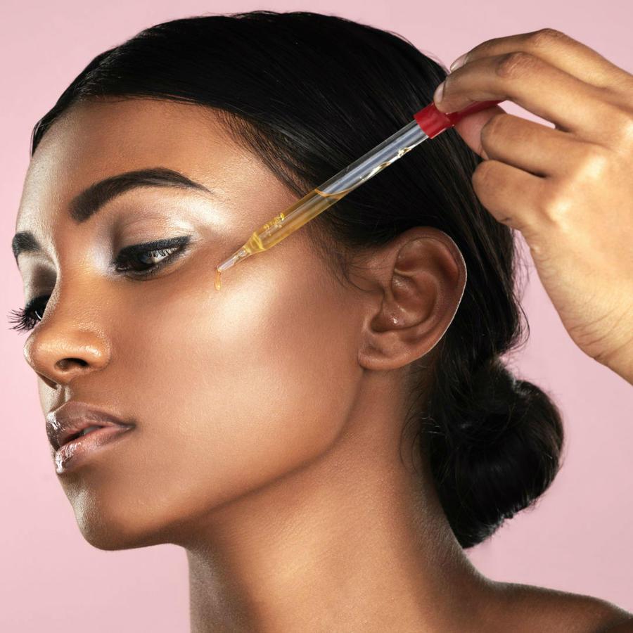 Mujer aplicando CBD en su piel