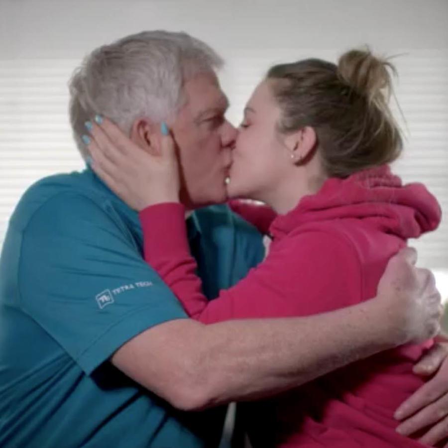 Stefani tiene 24 años, Don 69 y son la pareja más enamorada.