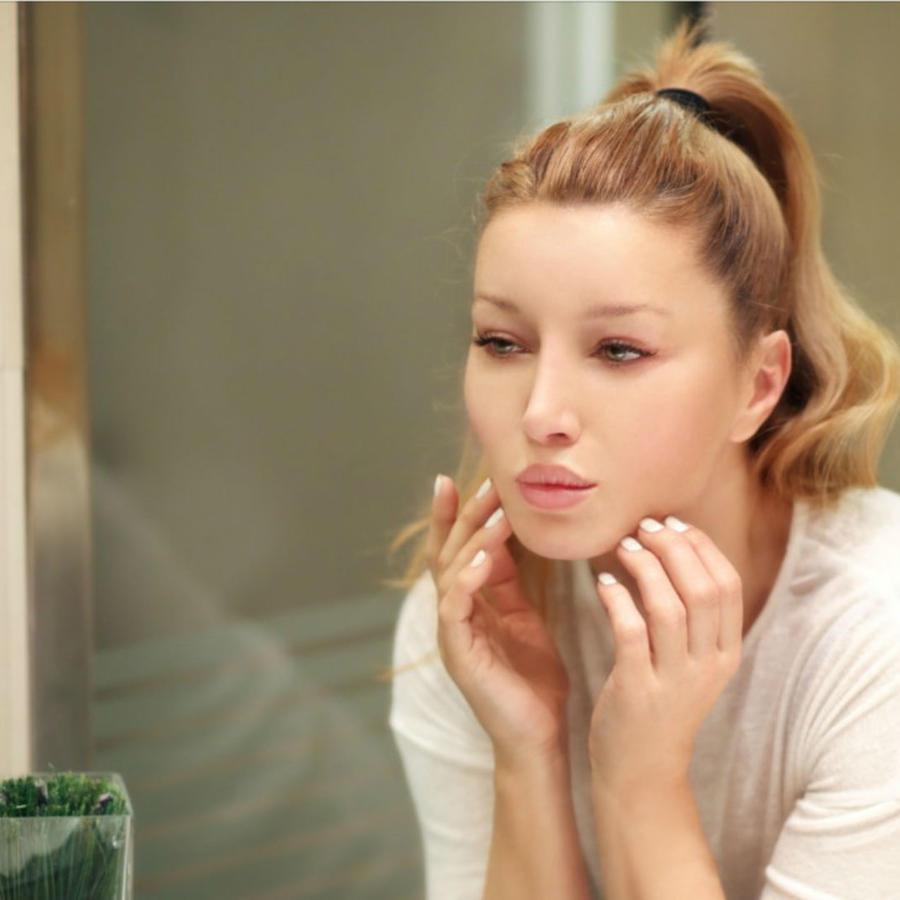Mujer haciendo ejericicios para adelgazar el rostro