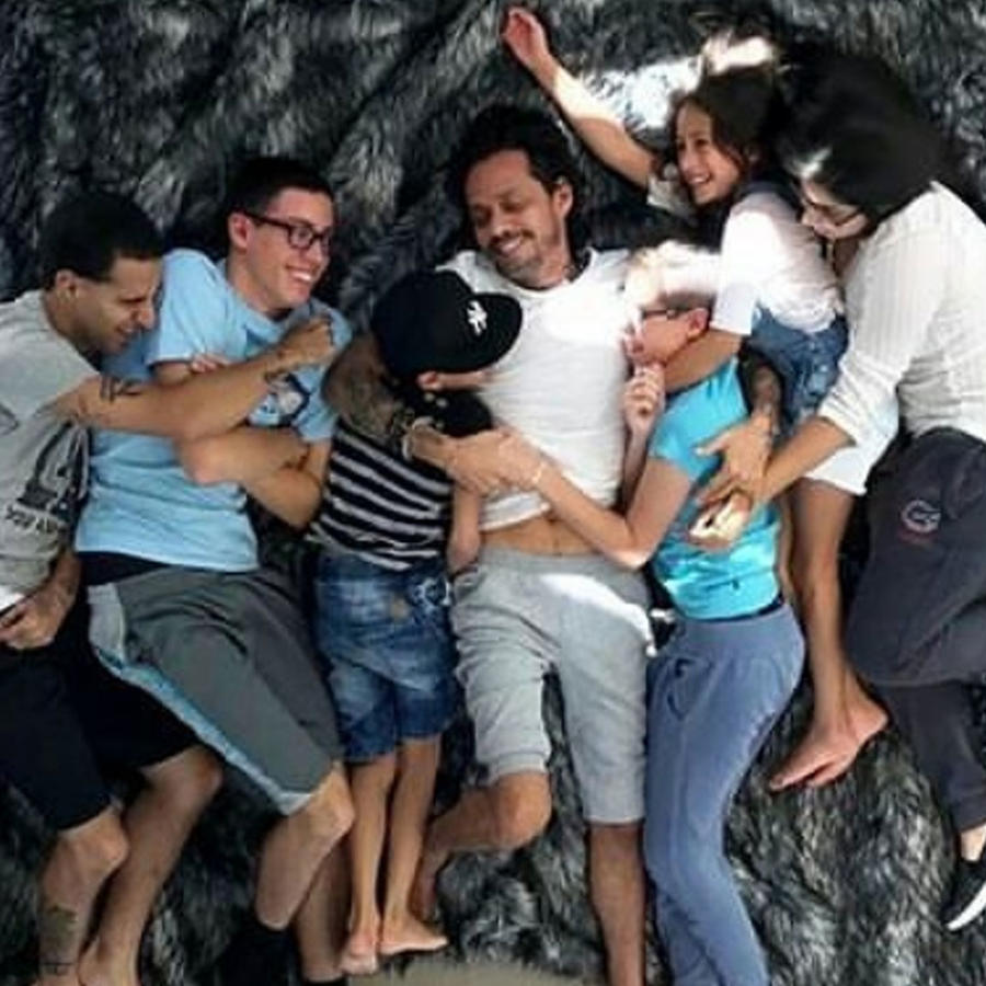 Marc Anthony con sus hijos