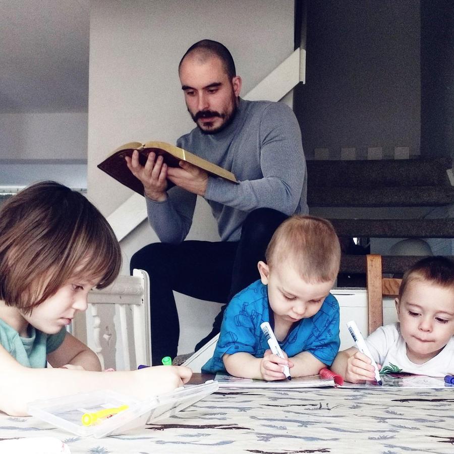 Padre educa a su hijos en casa