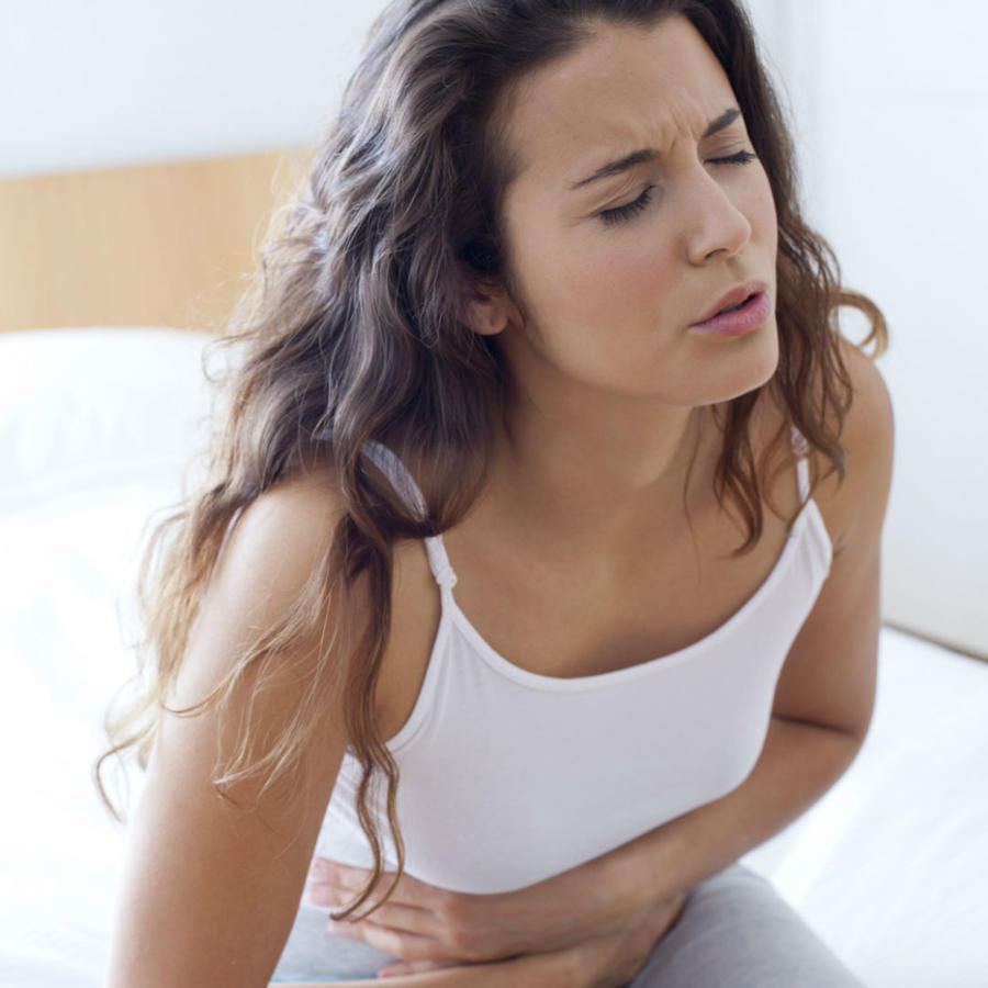 Mujer con dolor estomacal