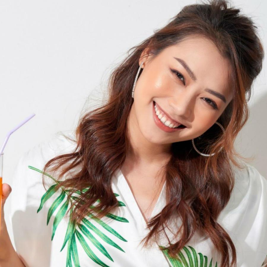 Mujer asiática sosteniendo un jugo