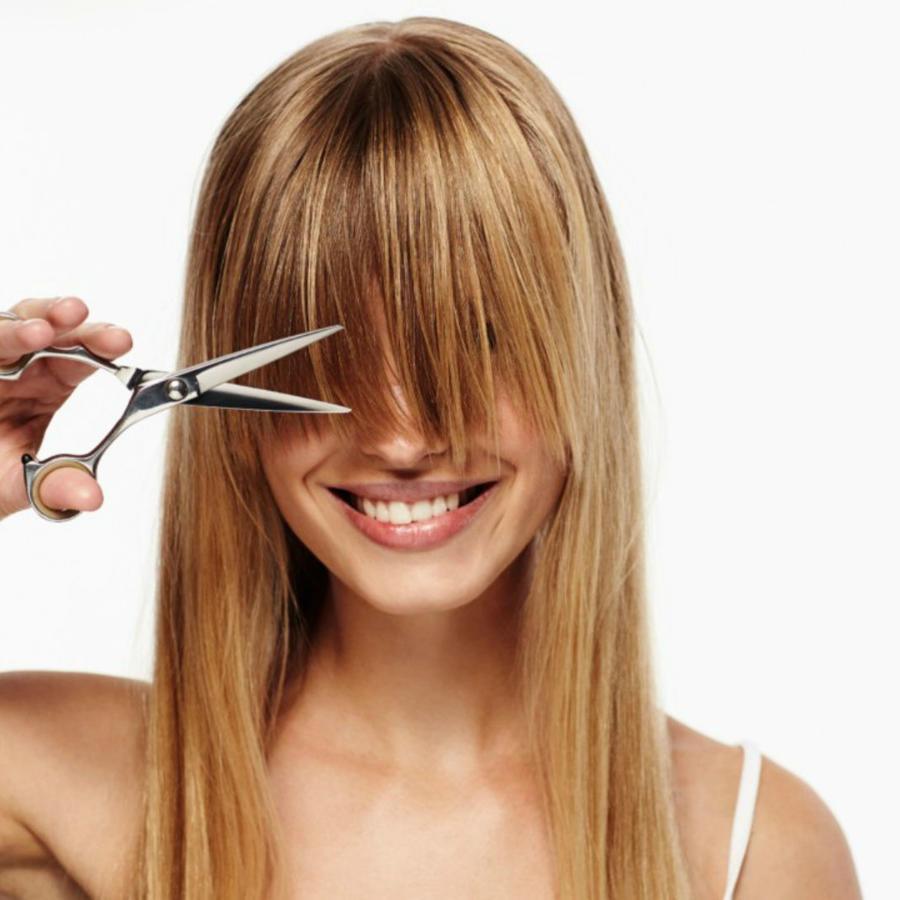 Mujer cortando su fleco