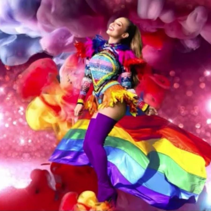 Thalía posando con la bandera gay