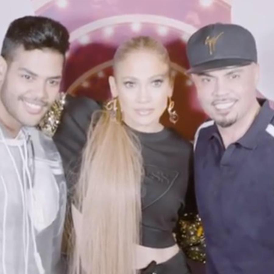 Jennifer Lopez abrazando a sus fans