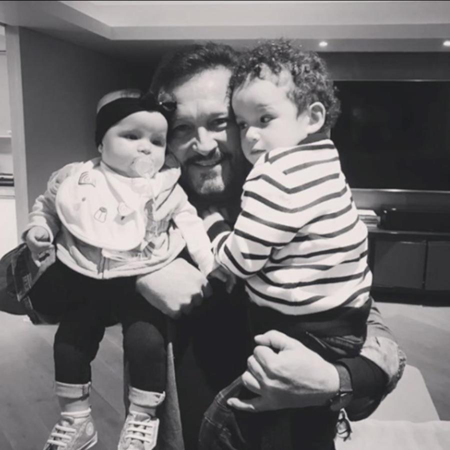 Arturo Peniche con sus nietos