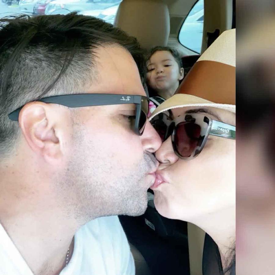 Carolina Sandoval con su esposo Nick Hernández y su hija Amalia Victoria