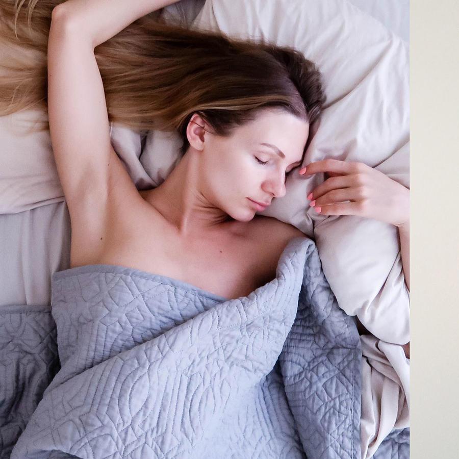 Mujer dormida y embarazada