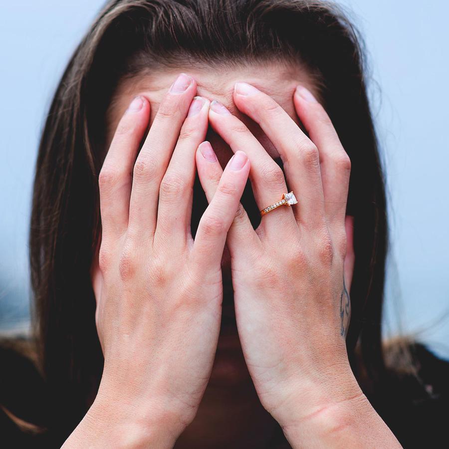Mujer tapándose el rostro