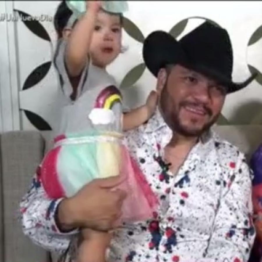Michael Salgado con su esposa e hijas
