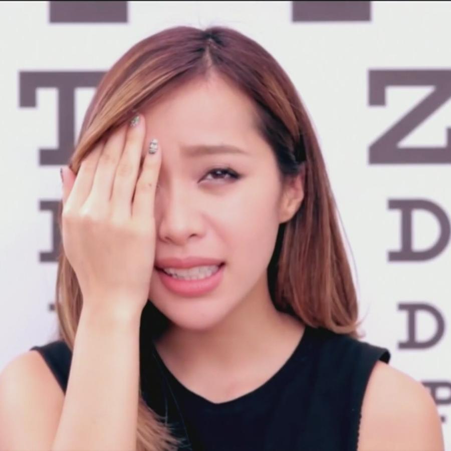 Mujer hace prueba de la vista