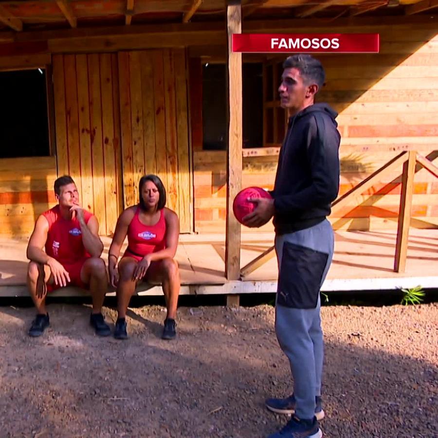 Famosos hablan afuera de la Cabaña
