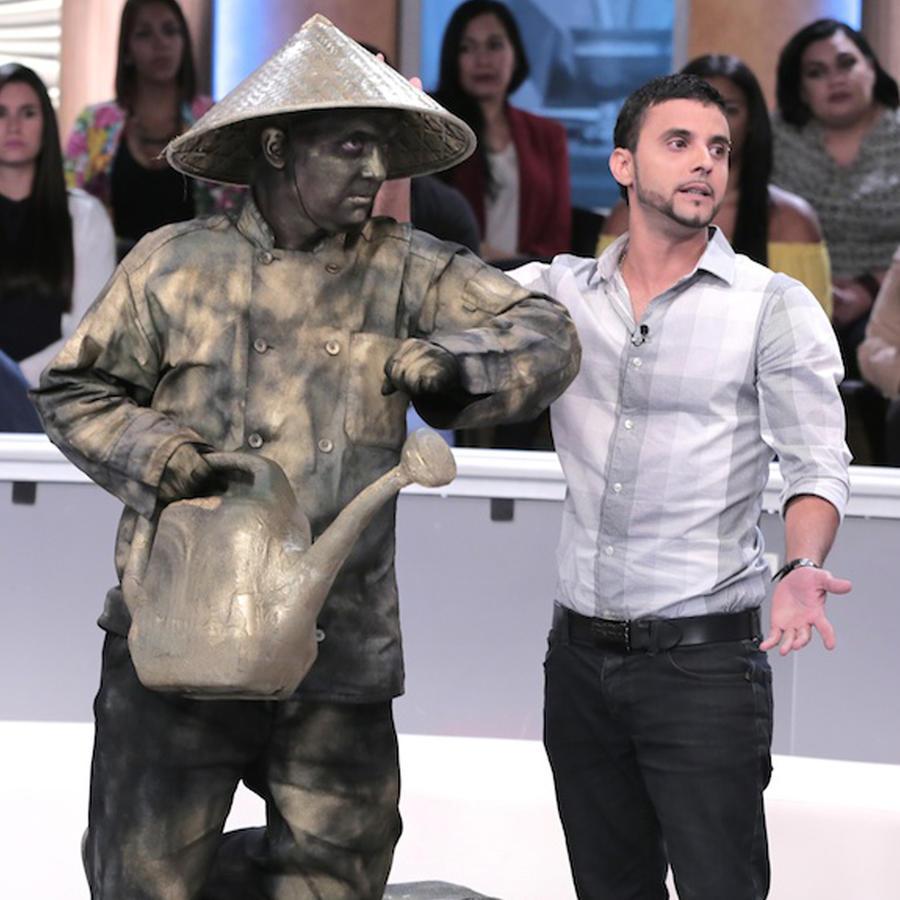 Estatua viviente golpea a un joven discapacitado