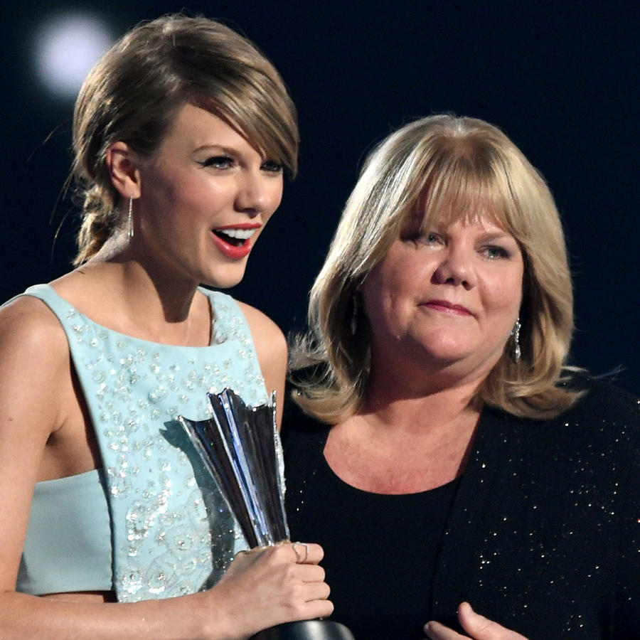 Taylor Swift y su mamá