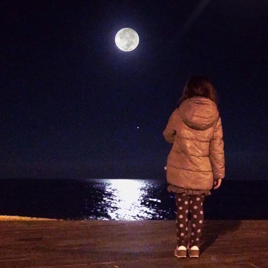 Niña contemplando la Luna