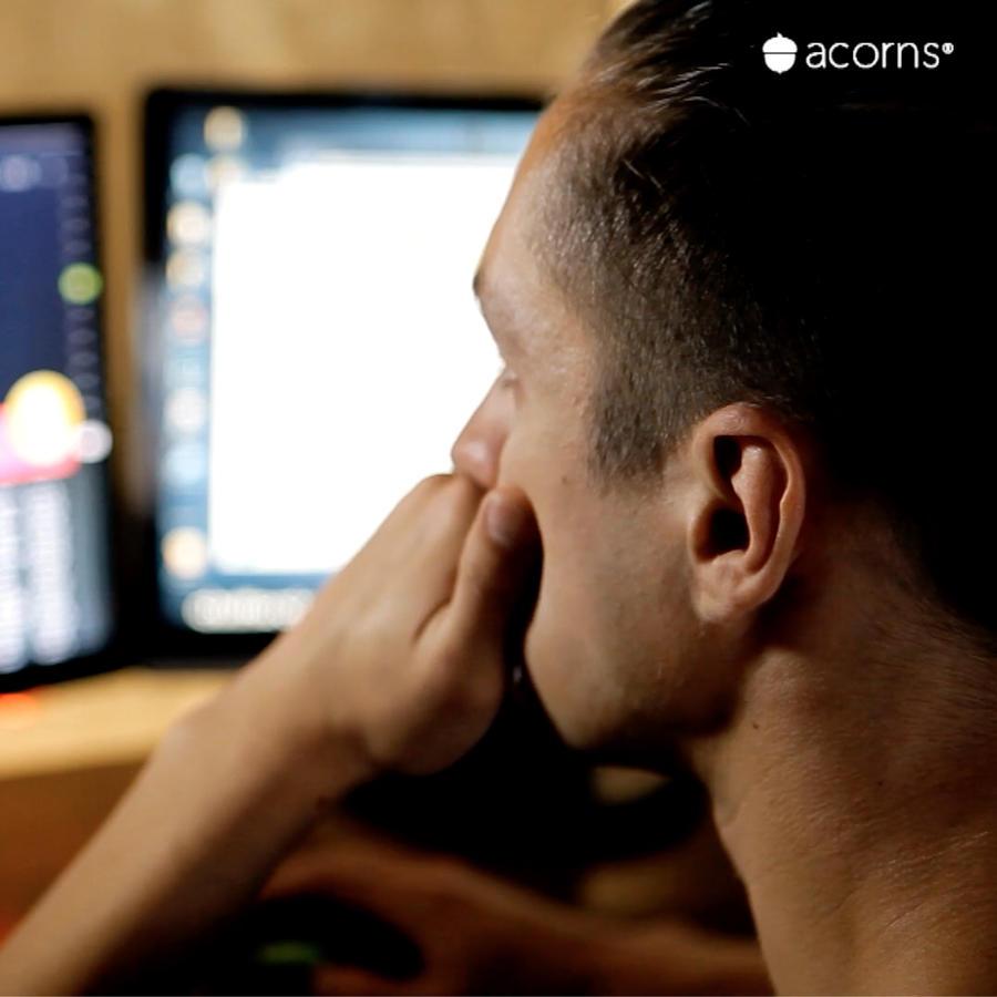 Hombre analiza cómo diversificar sus inversiones