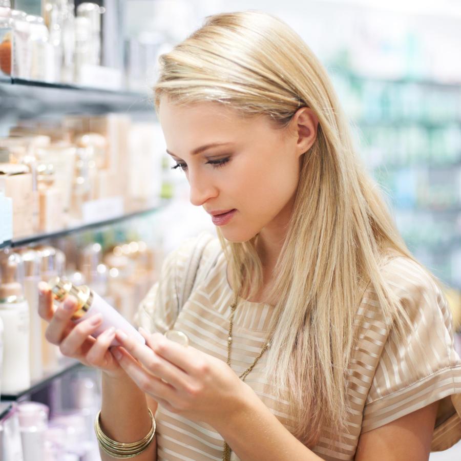 mujer comprando maquillaje