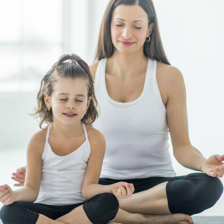 Madre e hija meditando