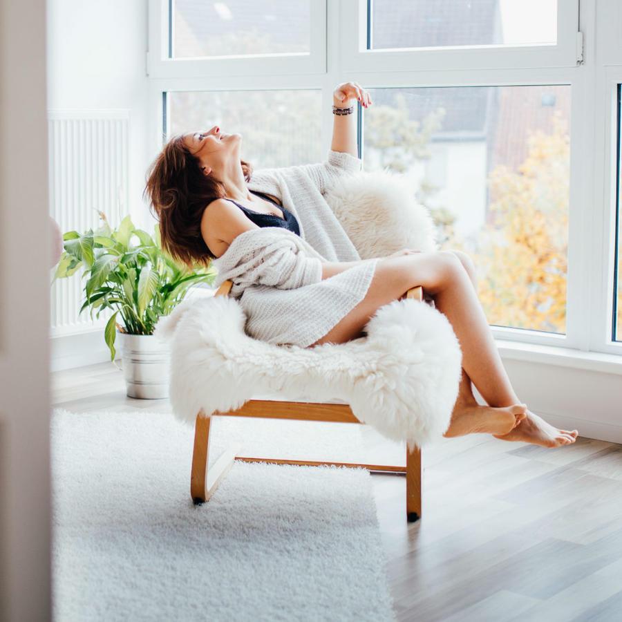 Mujer feliz en su hogar
