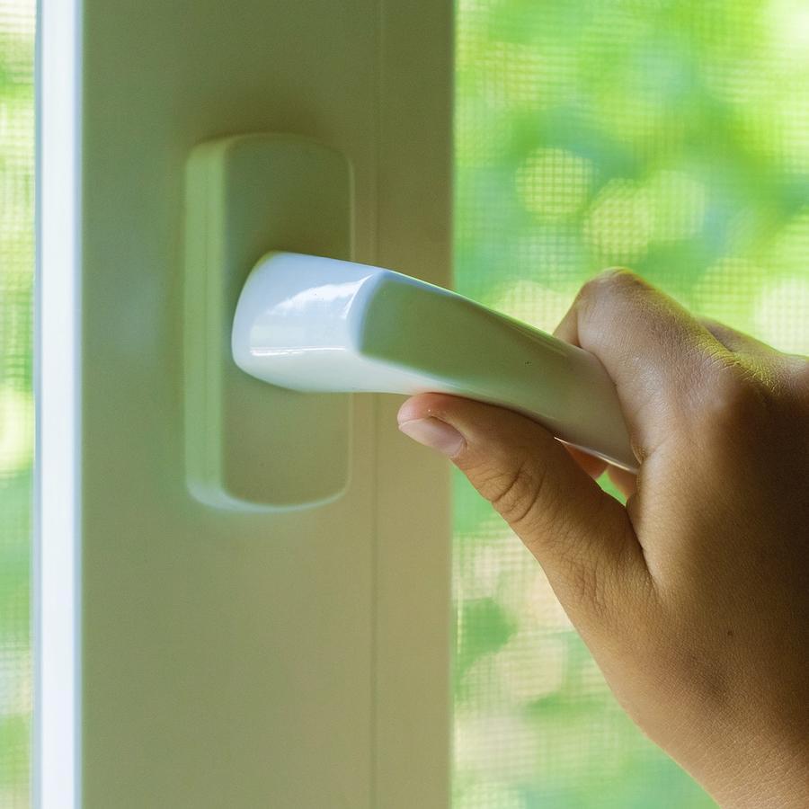 Mujer sosteniendo manija de una puerta