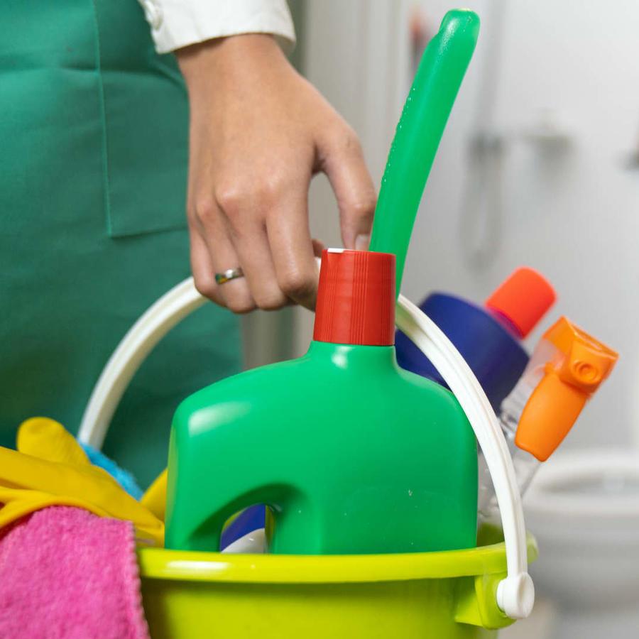 Cubeta con productos de limpieza