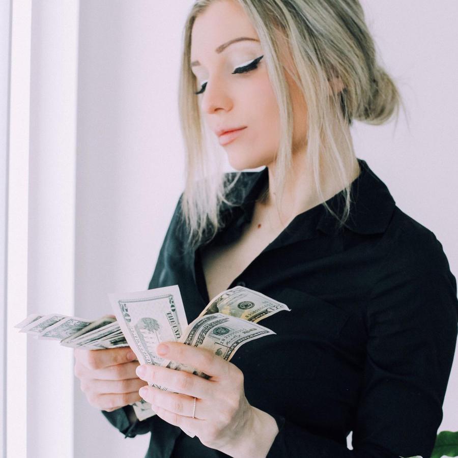 Mujer contando dinero