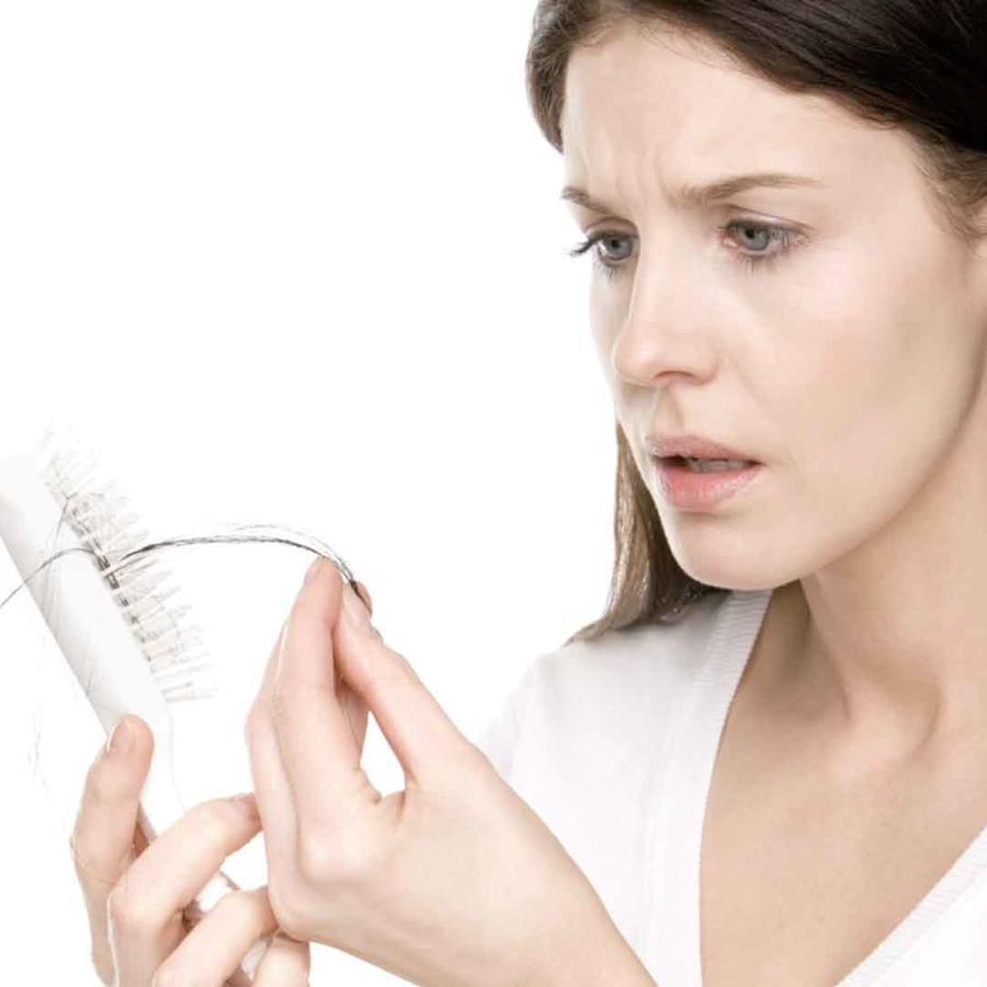 Mujer que sufre caída del cabello