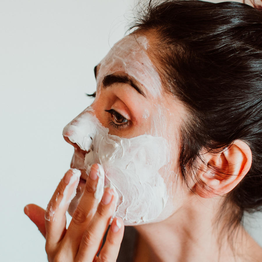 mujer poniéndose una mascarilla