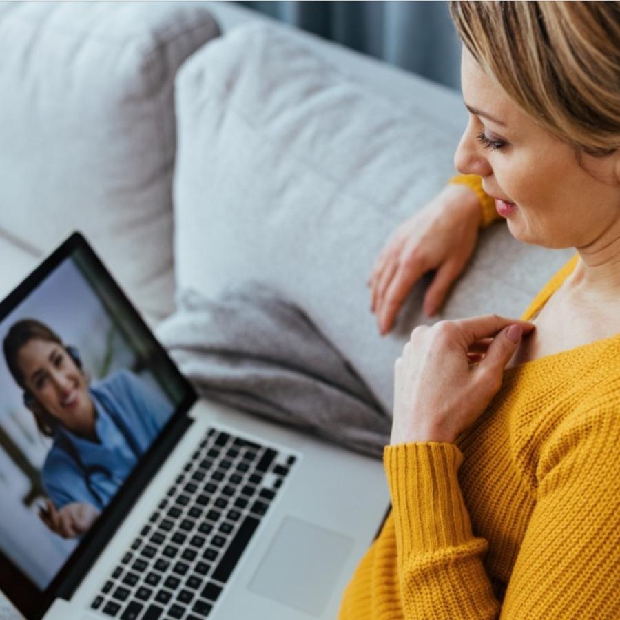 Mujer haciendo videollamada