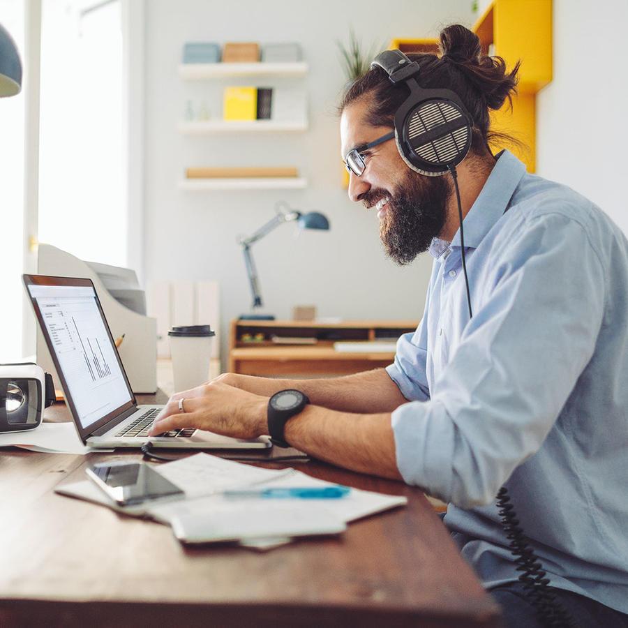 Hombre haciendo home office
