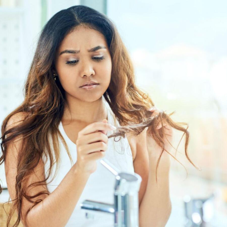 Mujer mirándose el cabello