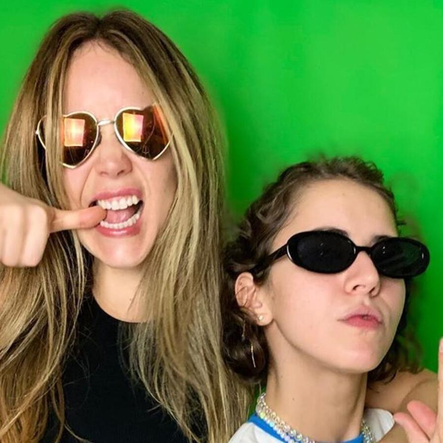 Camila Sodi y Tessa Ía en sesión de fotos