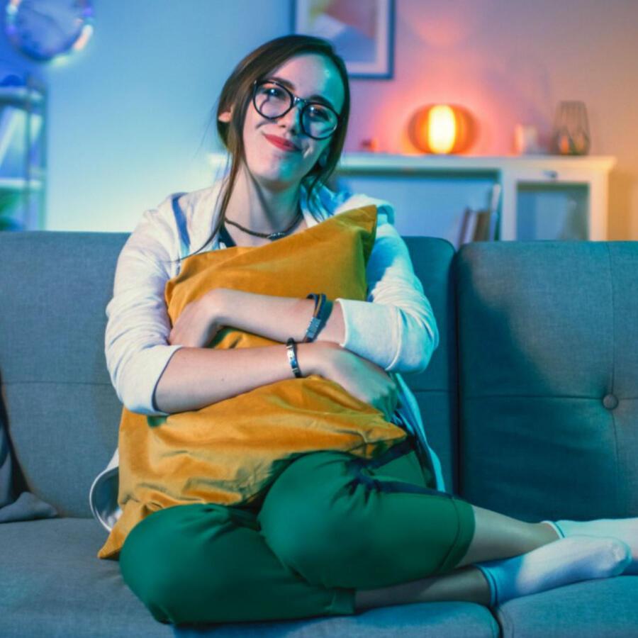 Mujer sentada en un sofá