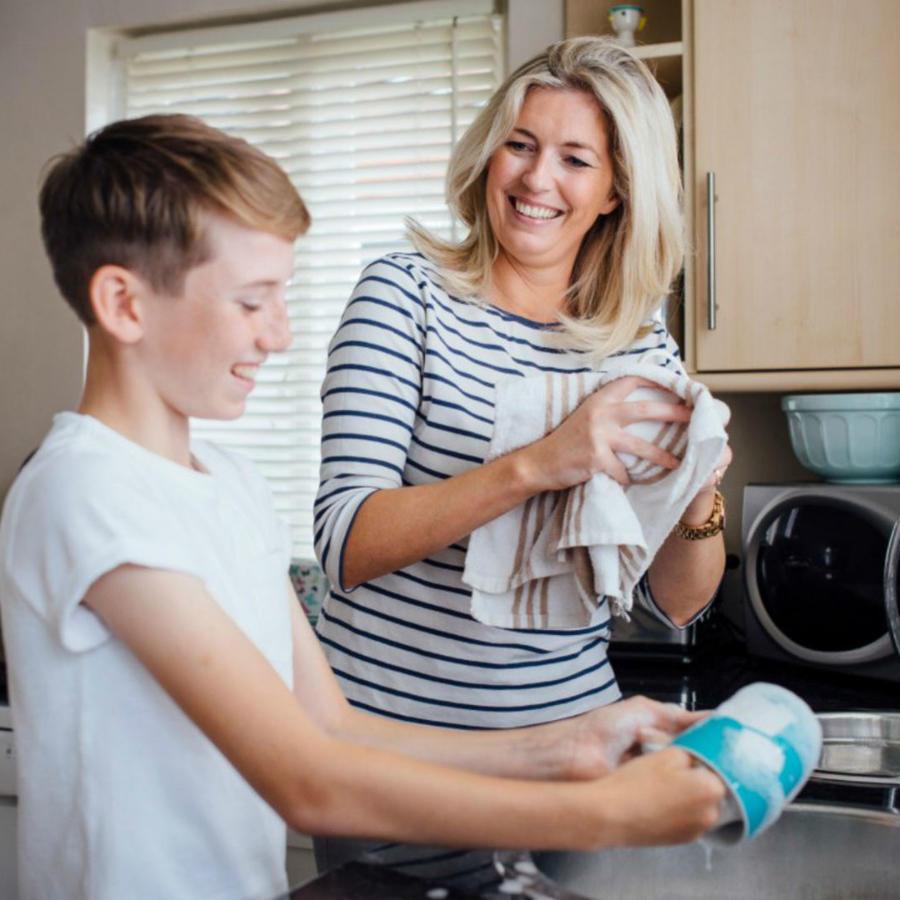 Mamá lavando tazas con su hijo