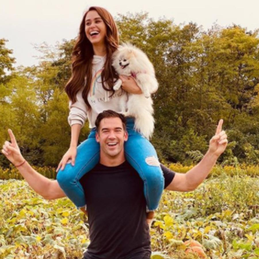 Yanet García con su novio Lewis Howes y su mascota