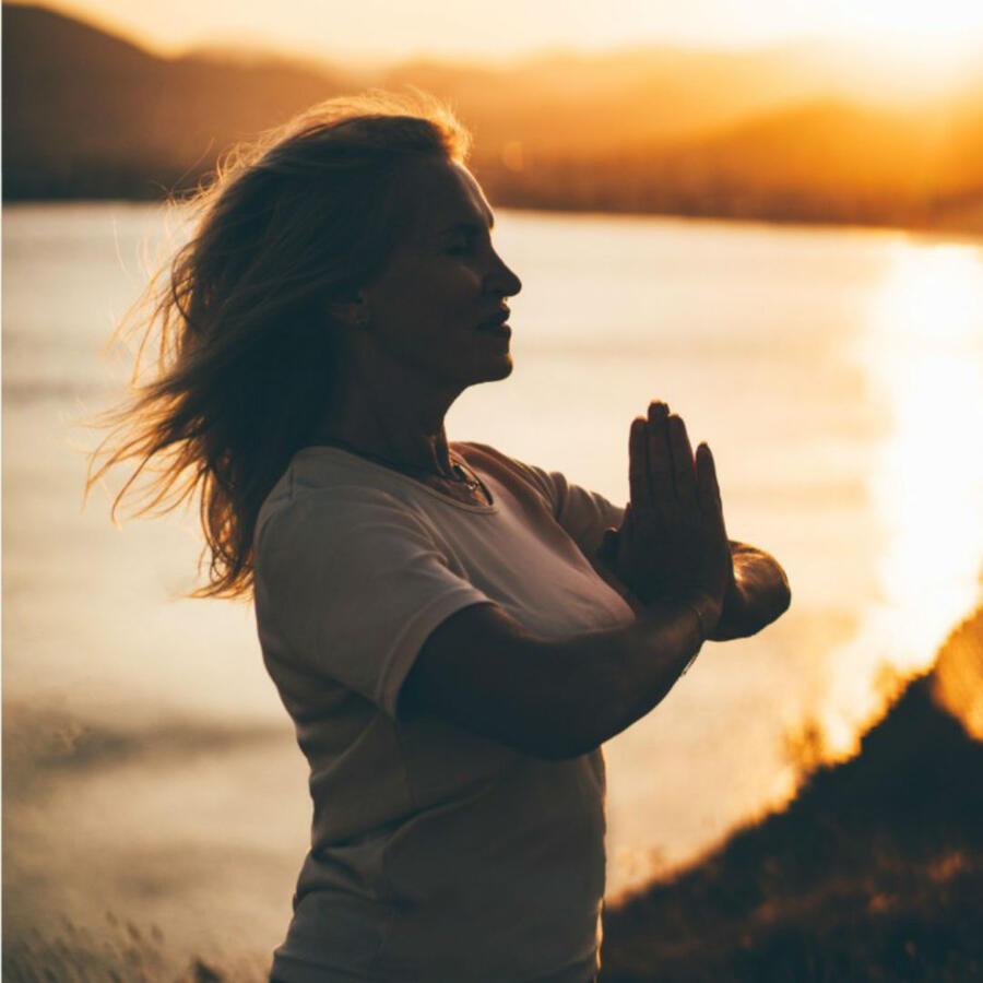 Mujer haciendo meditación